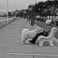 Лиза и Буран едят конфеты на берегу океана. :: Елена Мартынова