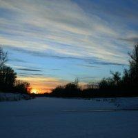 Вот и солнце, удаляясь на покой, опускается за сонною рекой. :: Евгений Юрков