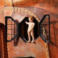 Мальчик в окошке (фрагмент дома-ботинка) :: Alex Sash