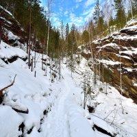 Скалы слева, скалы справа... :: Сергей Адигамов