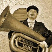 Он играет на трубе и танцует джигу... :: Владимир Питерский