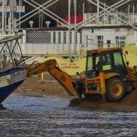 судно пытаются вытолкнуть на воду. :: Валерий Дворников