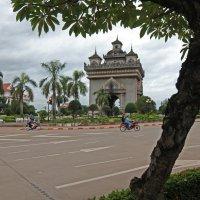 Лаос. Вьентьян. Триумфальная арка :: Владимир Шибинский