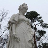 Королеве и снег нипочем, все стоит с любимым цветком... :: Людмила Жданова