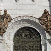 арка малых врат  северного  фасада Храма Христа Спасителя :: Galina Leskova