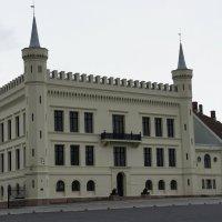 Изящное белое здание, обманчиво напоминающее замок, является норвежским минобороны :: Елена Павлова (Смолова)