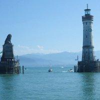 Символ Линдау – лев, именно его вы увидите при входе в городскую гавань, а с другой стороны маяк, по :: Galina Dzubina