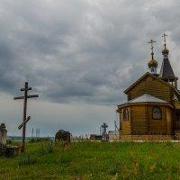 Захоронения возле храма :: Михаил Михальчук