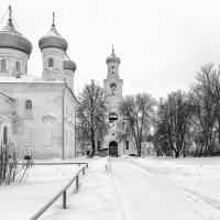В монастырском дворе :: Евгений Никифоров