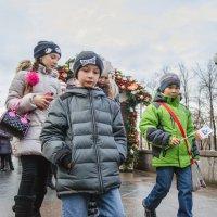 Дети возвращаются с праздника :: Михаил Михальчук