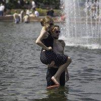 Сцена в фонтане. :: Александр Аксёнов