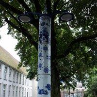 Фонарный столб из знаменитого делфтского фарфора во дворе Музея Принсенхоф в Делфте :: Елена Павлова (Смолова)