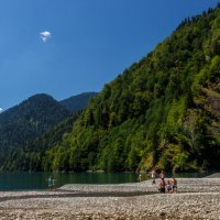 Озеро Рица. Место впадения горной реки. :: Андрей Гриничев