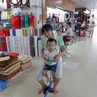 Лаос. Вьентьян. Мама и сын :: Владимир Шибинский