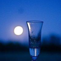 Бокал мартини и луна :: Alena Al'eva