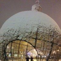 Елочный шар на Манежной площади :: Oksana Osipova