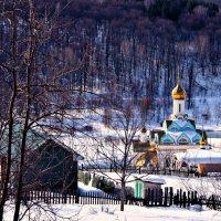 И все-таки церковь над тихой деревней Покой навевает блаженный и древний... :: Евгений Юрков