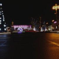 Улица, машины и елка :: Екатерина Пинашина