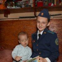 Старшая сестренка учит читать ! ))) :: Иван Бобков