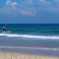 Подружка волнуется на берегу. Там же волны,страшно!!! :: Герович Лилия