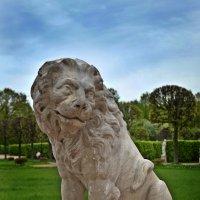 Статуя льва в Кусково :: Галина Galyazlatotsvet