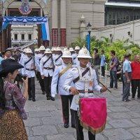 Таиланд. Бангкок. Комплекс королевского дворца. Марширует гвардия :: Владимир Шибинский