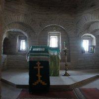 Старинная столбовая церковь под колокольней Успенского храма Крыпецкого монастыря :: Елена Павлова (Смолова)
