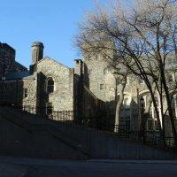 Один из двориков университетского городка в Торонто :: Юрий Поляков