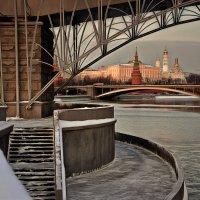 Течёт Москва-река. Свет солнца левый берег заливает. :: Ирина Данилова