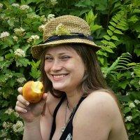 Лена и её яблоко :: Дмитрий Конев