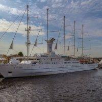 Круизная яхта «Wind Surf» :: Valeriy Piterskiy