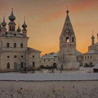 Здесь монастырь, века пронзая, Святыней вечною стоит ... :: марк