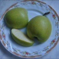 Яблочко на тарелочке :: Нина Корешкова