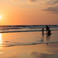 Мама и дочь в лучах уходящего солнца :: Luis Toshi