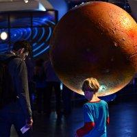 И стремится глобус в космос, быть планетой хочет он :: Ирина Данилова