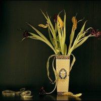 Натюрморт  с  увядшими  тюльпанами..... :: Валерия  Полещикова
