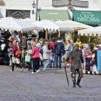 Весёлый палач на Ратушной площади :: Александр Рябчиков