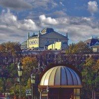 вид на оперный театр с морвокзала :: Александр Корчемный