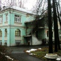 Старинный особняк, но без ремонта... :: Ольга Кривых