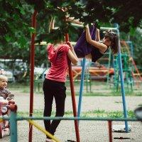 На детской площадке :: Артемий Кошелев