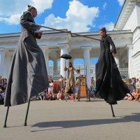 Танец на ходулях :: Владимир В