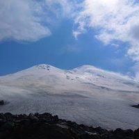 Сурова и  переменчива красота двухглавого Эльбруса. Вот и тучи набежали... :: Vladimir 070549