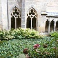 Во внутреннем дворике Монастыря :: Алёна Савина