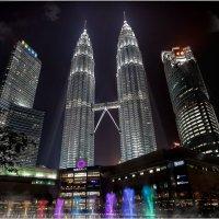 Вечернее шоу фонтанов...Башни-близнецы Петронас в Куала-Лумпуре, Малайзия . :: Александр Вивчарик