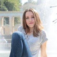 Девушка у фонтана-2. :: Руслан Грицунь