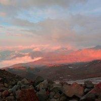 Багровый вечер высоко в горах Приэльбрусья.Фото с Эльбруса с базового лагеря. Высота 3800 м. :: Vladimir 070549