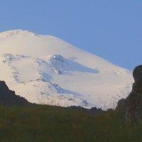 Восточная вершина Эльбруса ранним утром в лучах восходящего солнца. :: Vladimir 070549