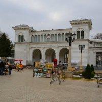 Вернисаж у Нарзанной галереи в осеннем Кисловодске :: Vladimir 070549