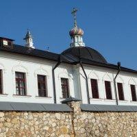 За монастырской стеной :: Светлана Лысенко