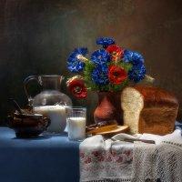 Натюрморт с хлебом и букетом васильков :: Светлана Л.